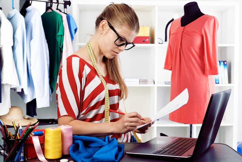 女时装设计师在电脑前工作