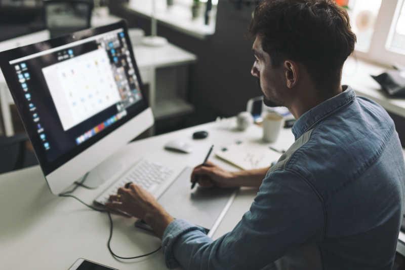 年轻的设计师在电脑前工作