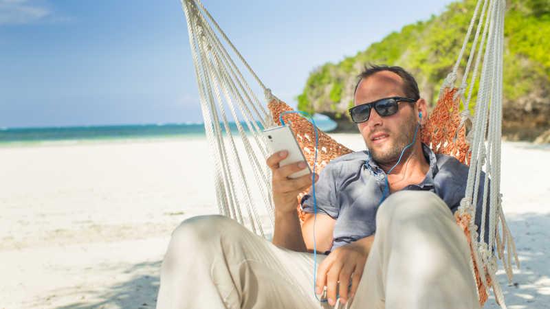 海滩的吊床上放松的男人
