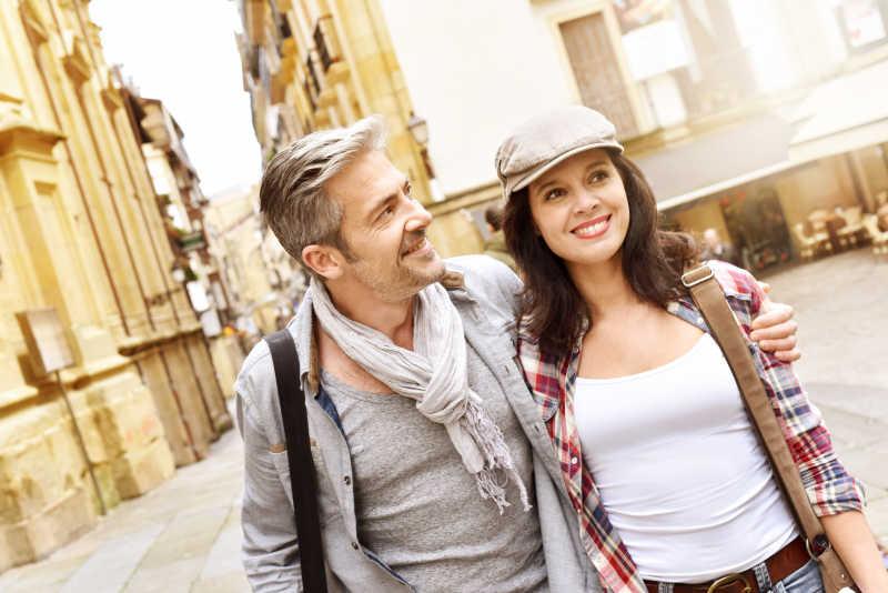 两个游客在西班牙小镇上散步