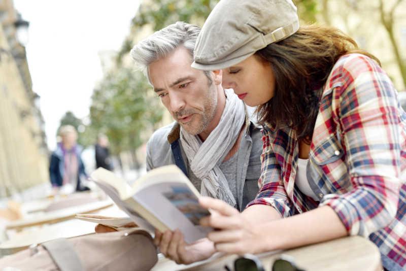 城里的一男一女游客在看城市导游