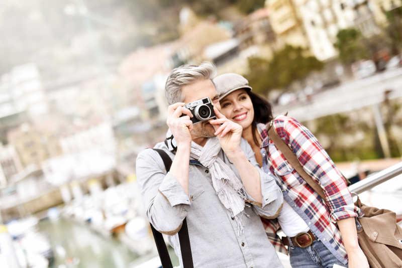 两个旅游的游客