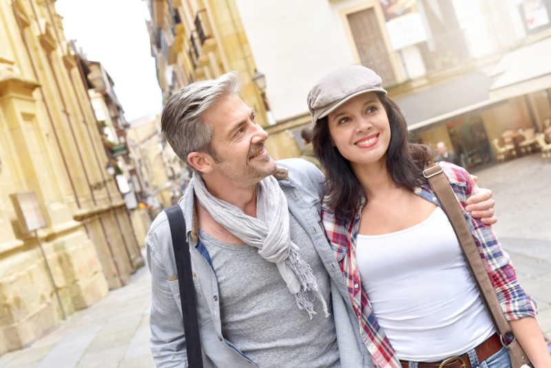 一对游客在西班牙小镇的历史街区散步