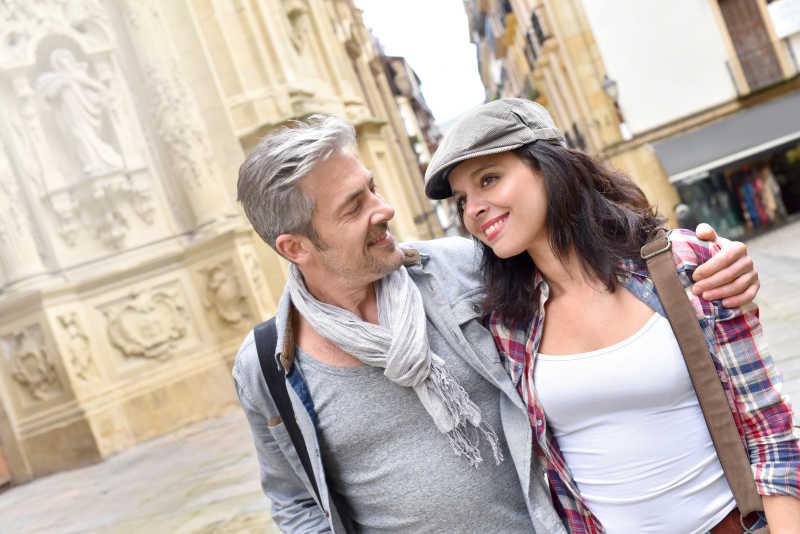 游客在西班牙小镇上散步