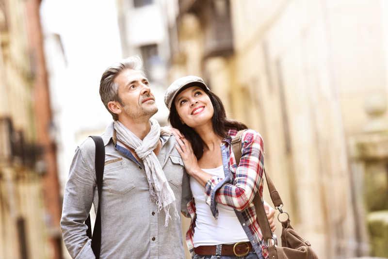 在西班牙历史街区散步的两个游客