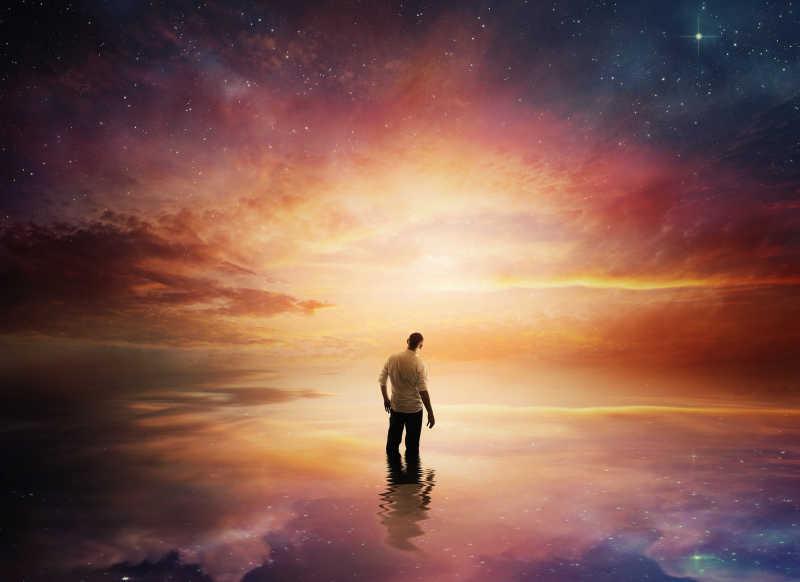 一个男人站在银河中的创意镜头