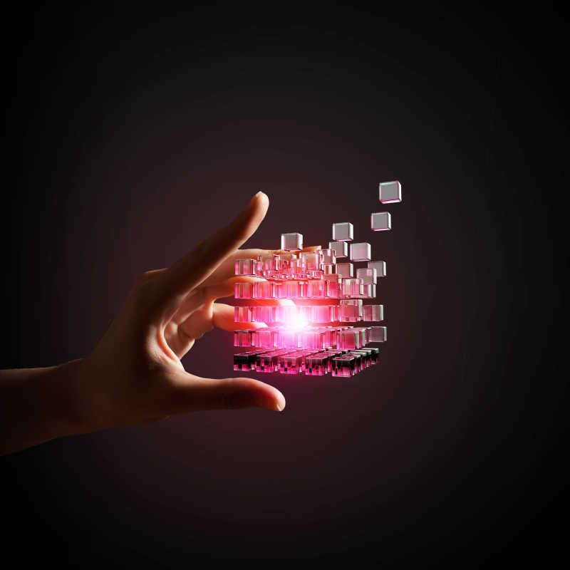 黑色背景下商人手拿多维数据立方体作为盒子思考概念