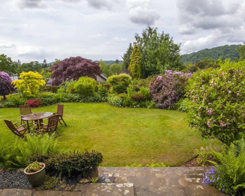 夏天花园远景下的餐桌椅