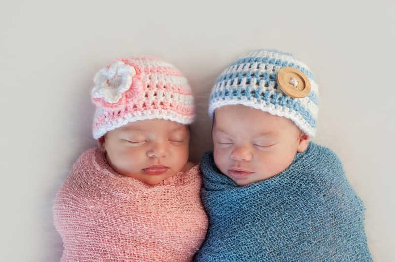 穿着不同颜色的睡着的双胞胎宝宝
