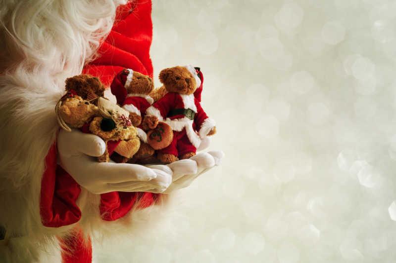 手捧圣诞礼物的圣诞老人