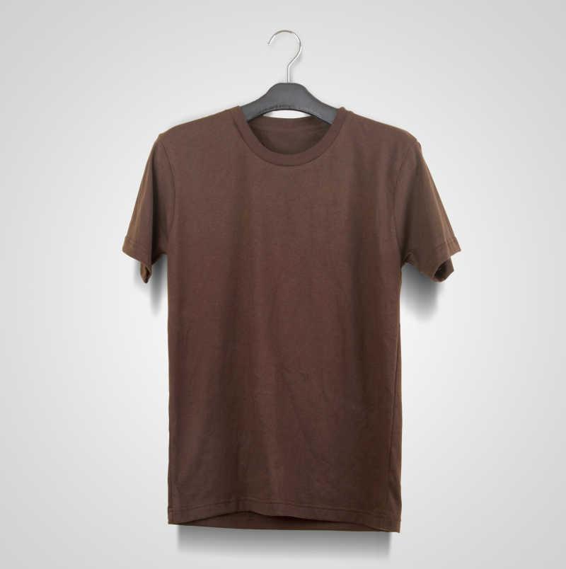 白色背景前的栗色T恤