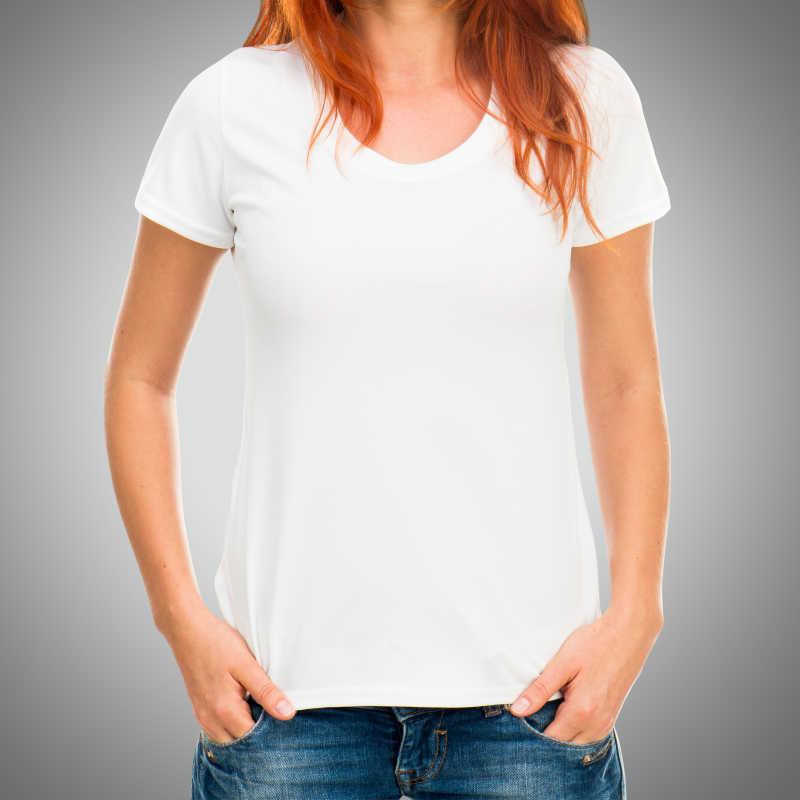 灰色背景前身穿白色体恤的女子