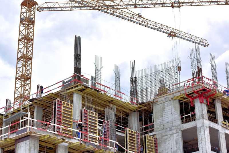 施工中的塔吊和建筑