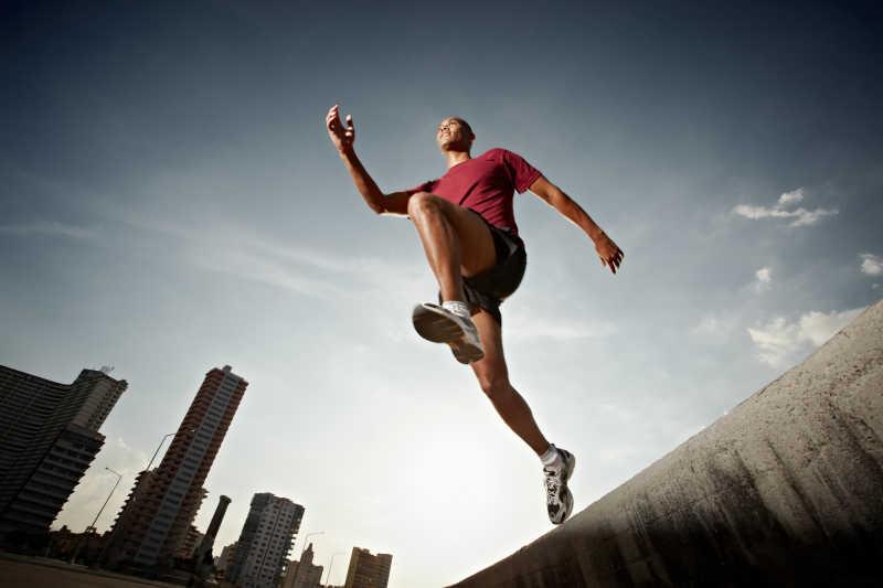 奔跑在城市中的人低角度观赏