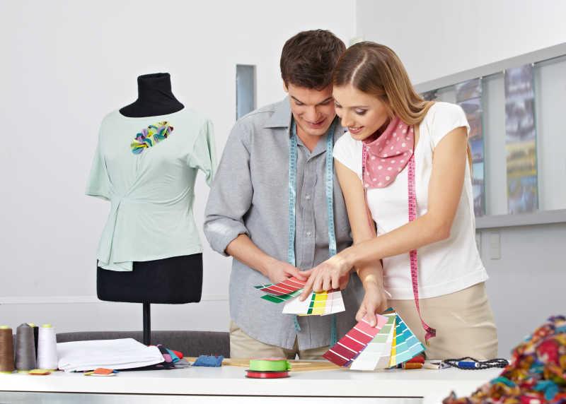 两个时装设计师工作特写