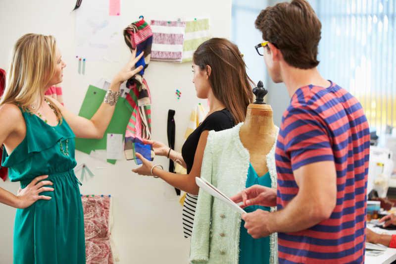 时装设计师讨论会议