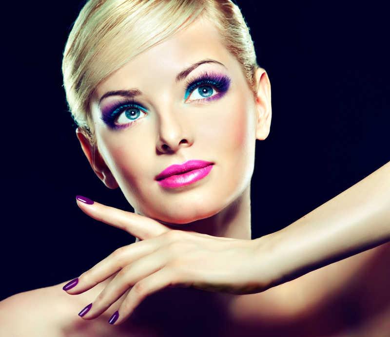 时尚化妆金发模特