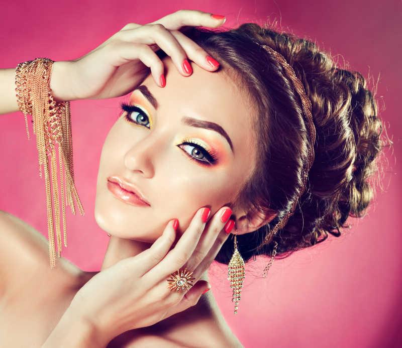 珊瑚化妆和美甲女孩