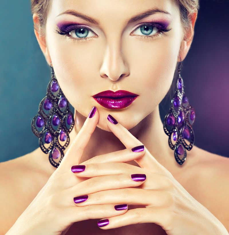 紫色化妆和修指甲的模特