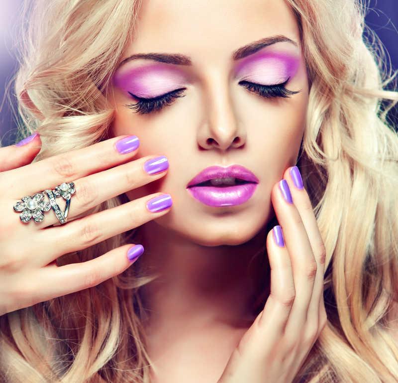 紫色妆容金发女孩