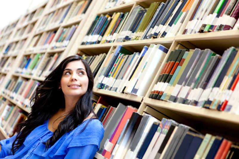 图书馆里的女大学生