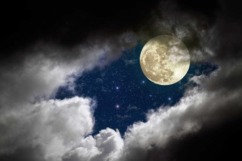 透过乌云层的月亮和星星