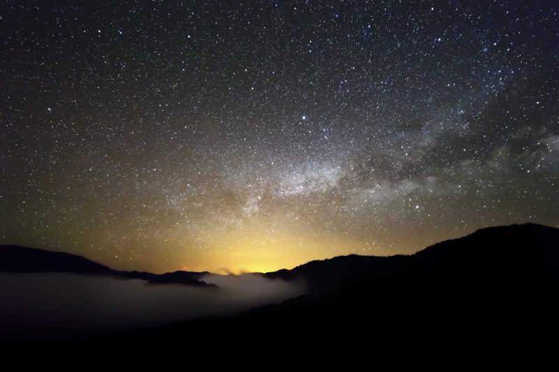 夜空中的星星和云朵特写