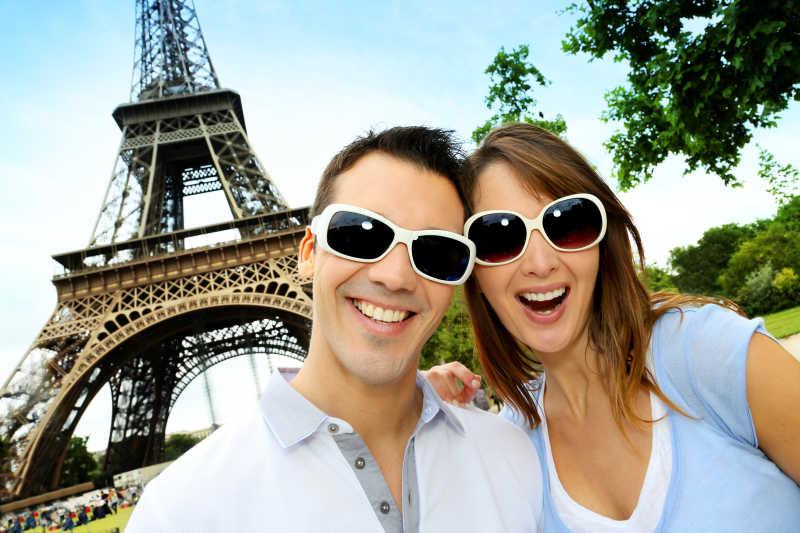 埃菲尔铁塔前面开心甜蜜的情侣