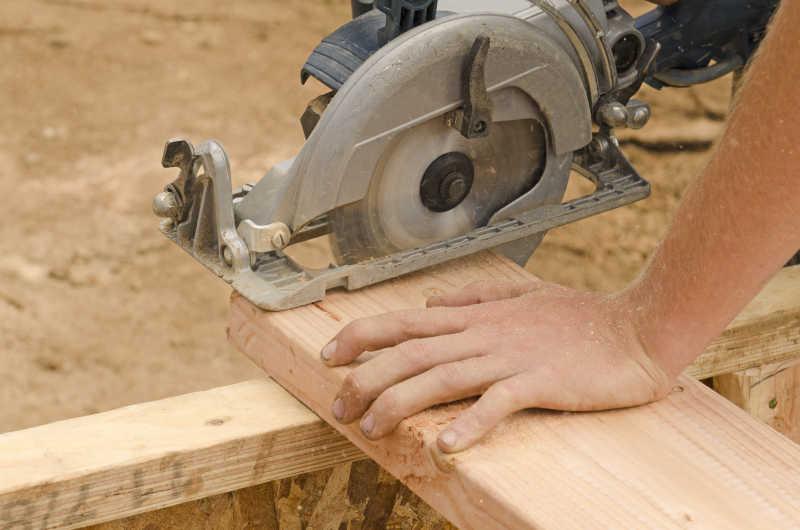 木匠用锯子锯木头