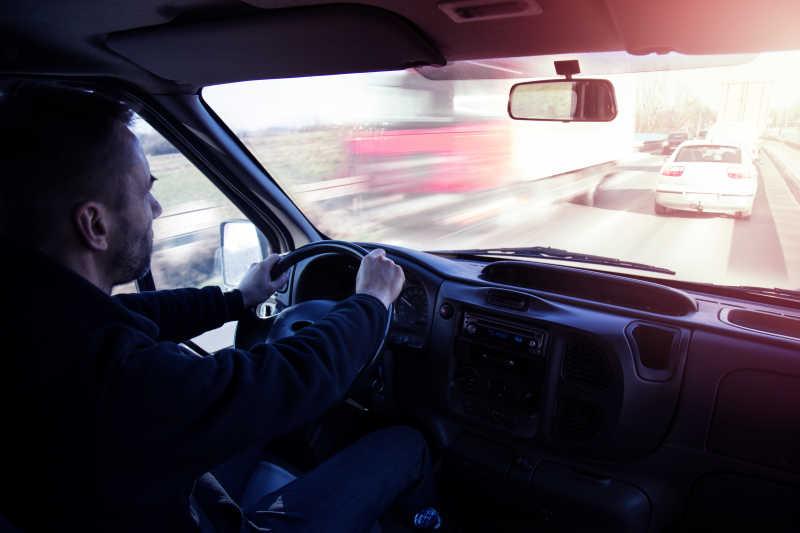 高速行驶的开车司机特写