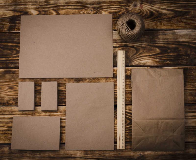 深棕色木制背景上的棕色纸片