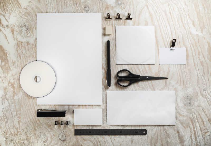 整齐的白色空白纸片和办公用具