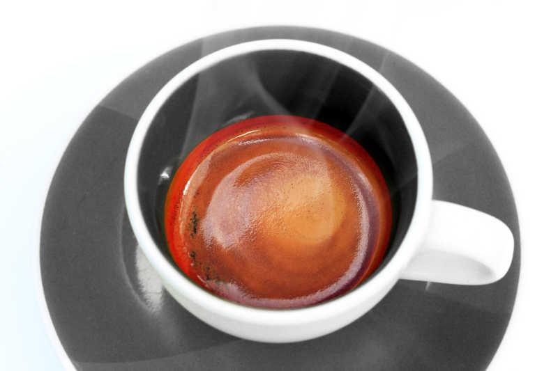 白色背景下杯子里的热饮