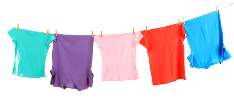 晾衣绳上清洗干净的衣服