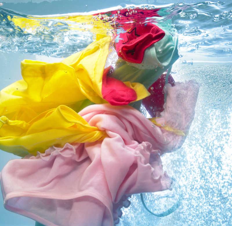 洗衣机里的五颜六色的衣服