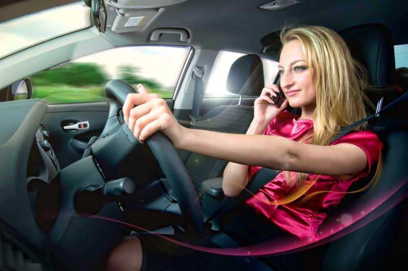 美女驾驶员驾驶汽车打电话
