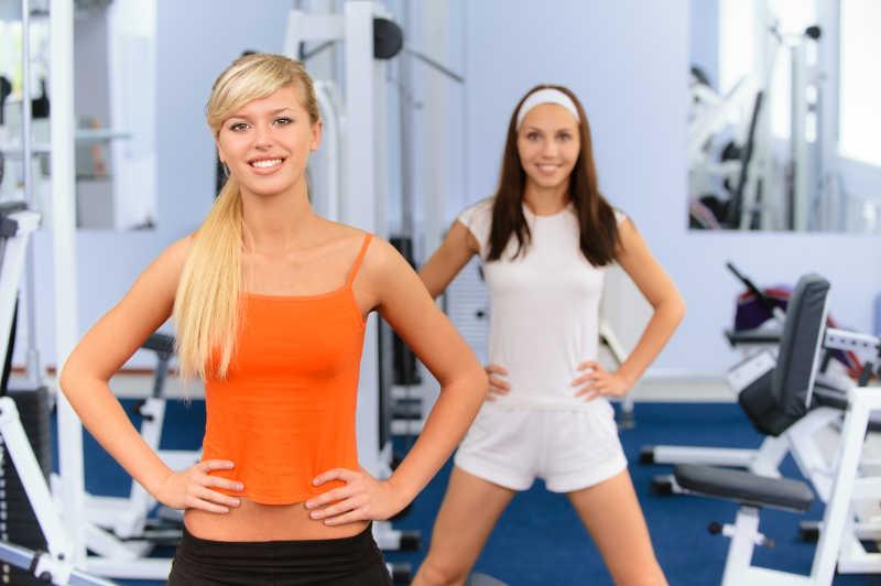 两个美丽的微笑美女在做健身运动