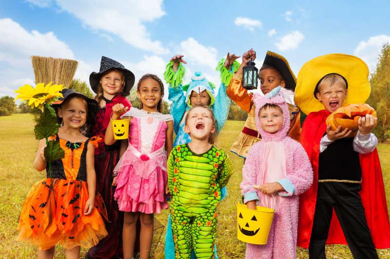 穿着万圣节服装的兴奋的孩子们