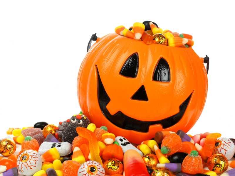 万圣节杰克灯笼桶里装满了糖果
