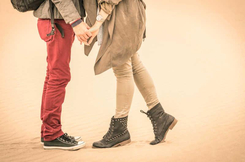年轻情侣接吻