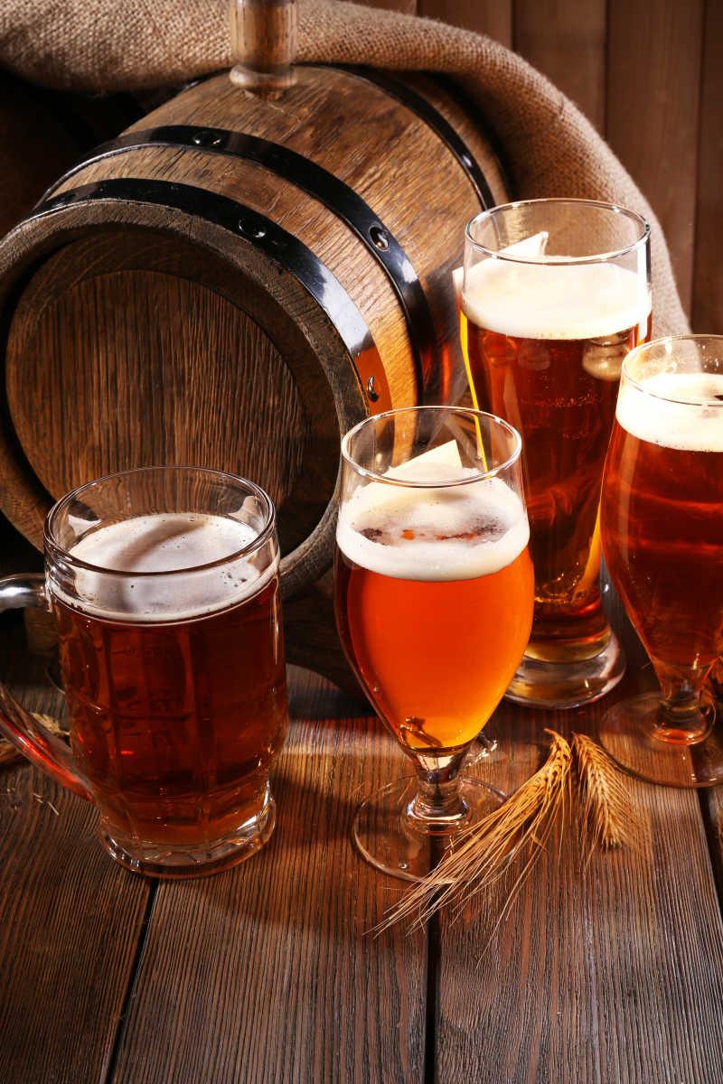 木制啤酒桶和装有啤酒的酒杯