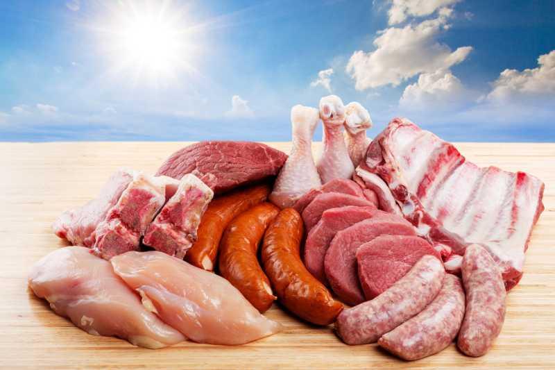 木板上的不同种类的生肉食材