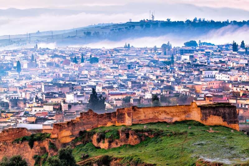 在寒冷的冬天有雾的早晨鸟瞰摩洛哥的风景