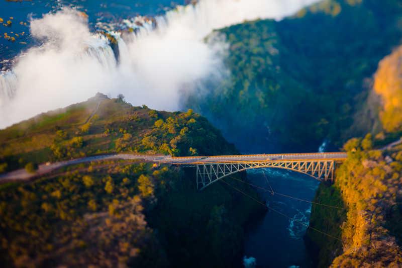 绿色群山中维多利亚瀑布背景下的拱桥