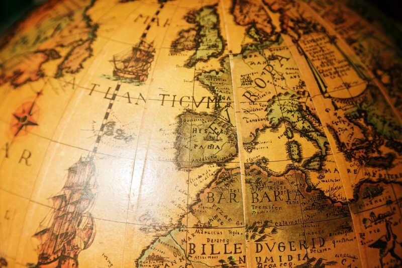 黑色背景下黄色地球仪上的欧洲西部和非洲北部