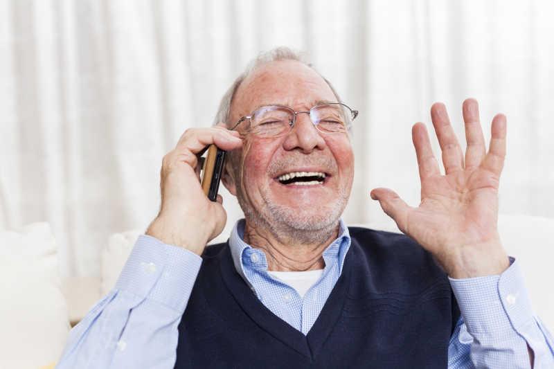 使用智能手机的老年人