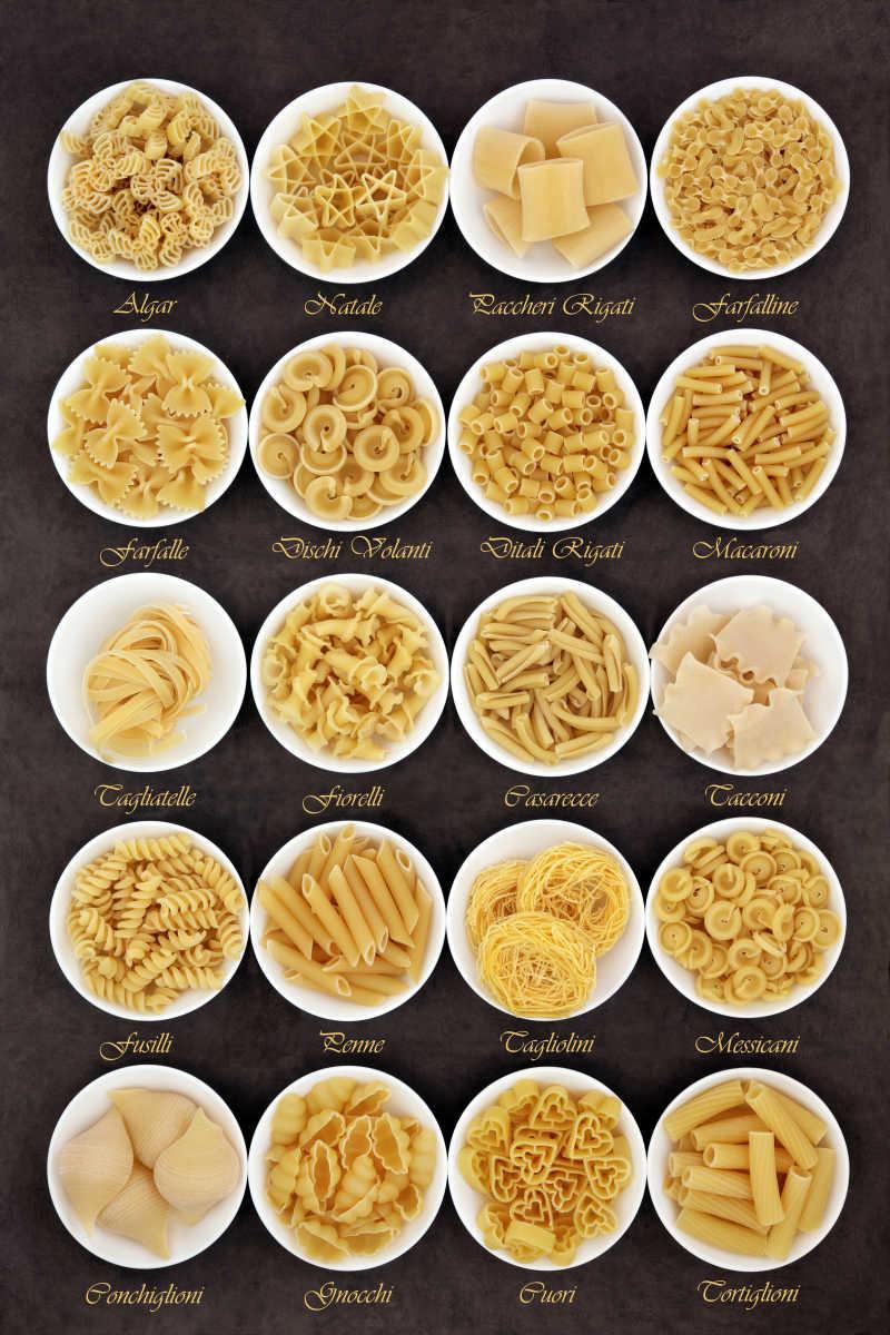 白色碗里的不同种类形状的意大利面