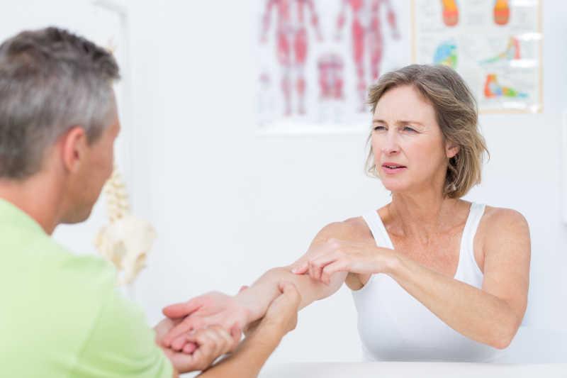 病人向医生说明自己的肩膀疼痛