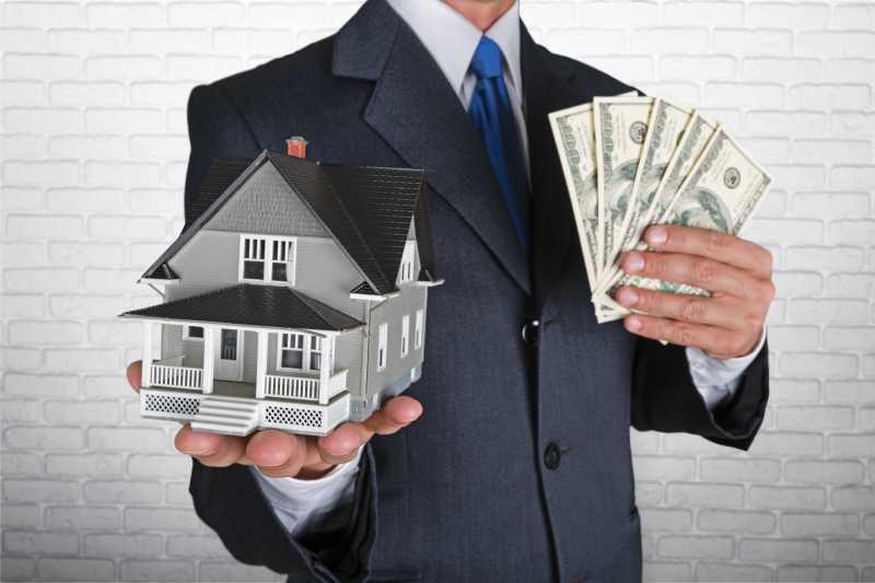 房屋中介手里的美金与房屋模型