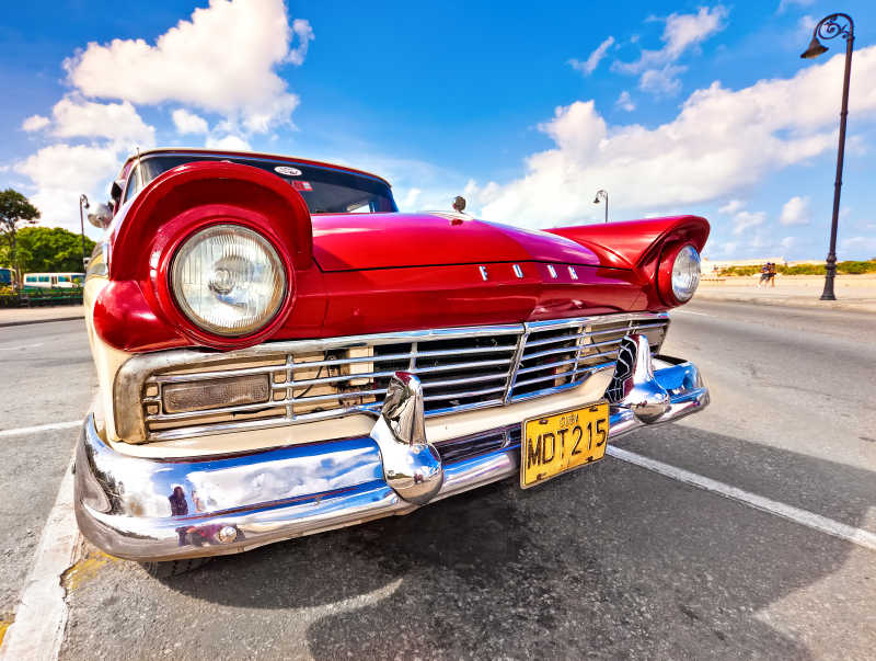 道路上的红色老式老爷车